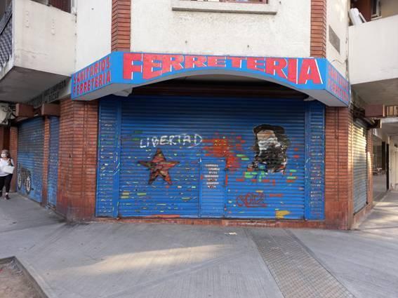 El frente del edificio fue vandalizado.